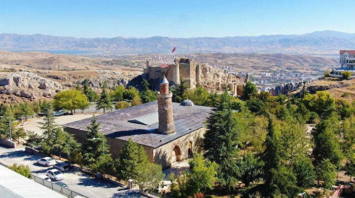 Elazığın eğik minareli camisi ziyaretçi akınına uğruyor: Hikayesi ise tüyleri diken diken ediyor