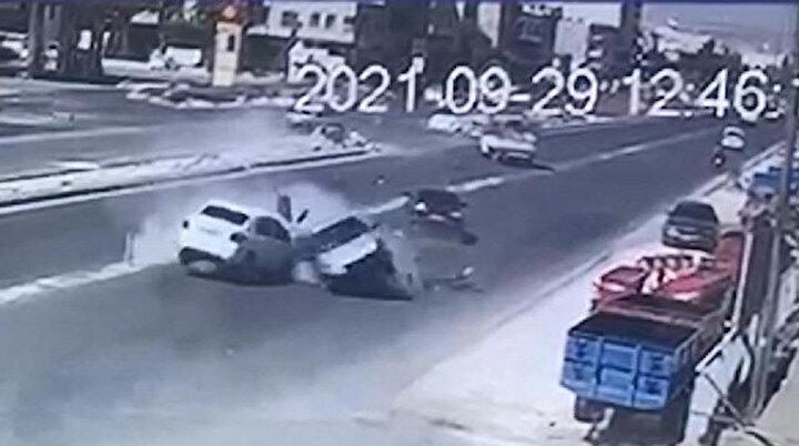 Altı kişinin yaralandığı feci kaza kamerada: Karşı şeride geçip iki araca çarptı