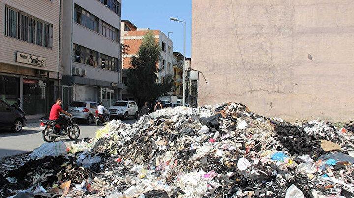 Çöplük içinde yaşıyorlar: İzmir Bornovada boş araziye yığılan çöplerden esnaf şikayetçi