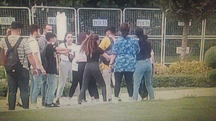 Liseli kız öğrenciler yumruk yumruğa kavga etti