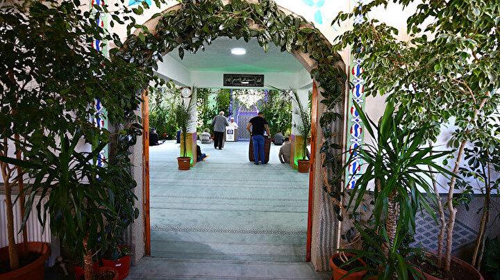 Bu cami herkesi kendine hayran bırakıyor: Nevşehirli imam camiyi adeta botanik bahçesine dönüştürdü