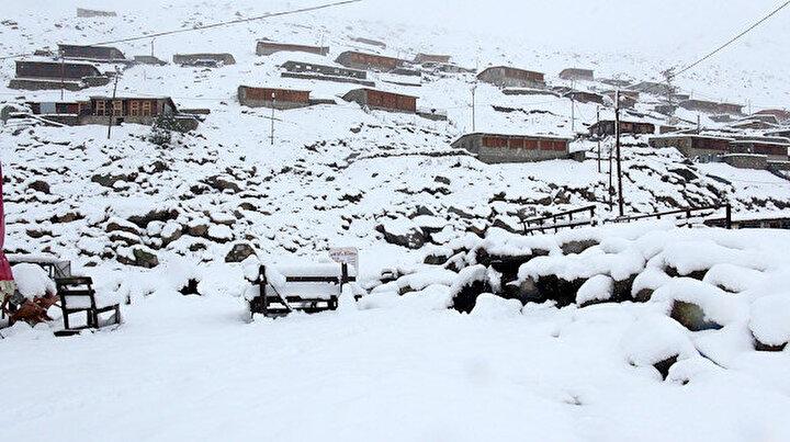 Doğu Karadeniz yaylaları bembeyaz: Kar kalınlığı 25 santimi buldu
