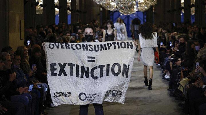 Aşırı Tüketim Eşittir Yok Oluş: Louis Vuitton defilesinde protesto gösterisi, ortalık karıştı yaka paça dışarı attılar