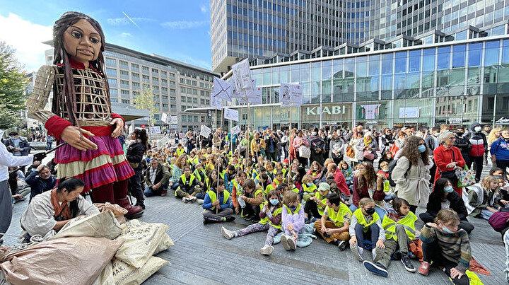 Suriyeli çocukların simgesi: 3,5 metrelik Küçük Emel Brükselde ilgi odağı oldu