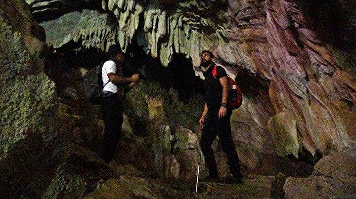 İçerisinde sarkıt ve dikitler olan mağara büyülüyor
