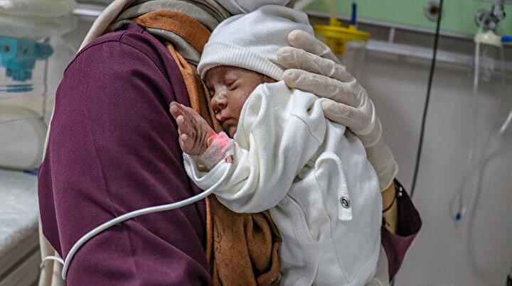 Anne koronavirüs nedeniyle vefat etti: Bebeği sağlık çalışanları bağrına bastı