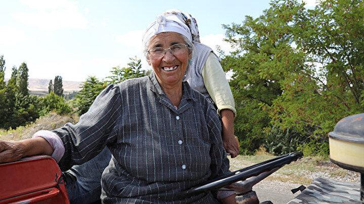 Görenler şaşırıyor: Traktör kullanan 74 yaşındaki kadın her işini kendi yapıyor