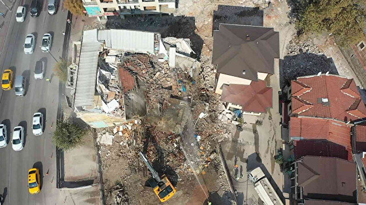 Tarihi yapıların önüne inşa edilmişti: Birer birer yıkılıyor