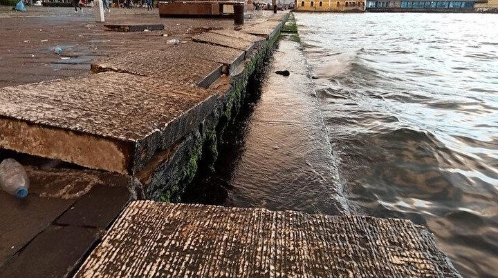 İzmirde şiddetli fırtına: Yüzlerce kiloluk beton bloklar yerinden söküldü