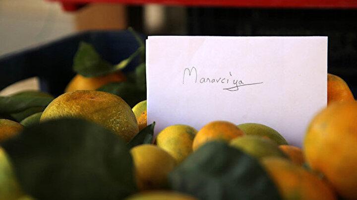 Arkadaşının manavdan aldığı mandalinanın parasını zarfa koyduğu bir notla ödedi