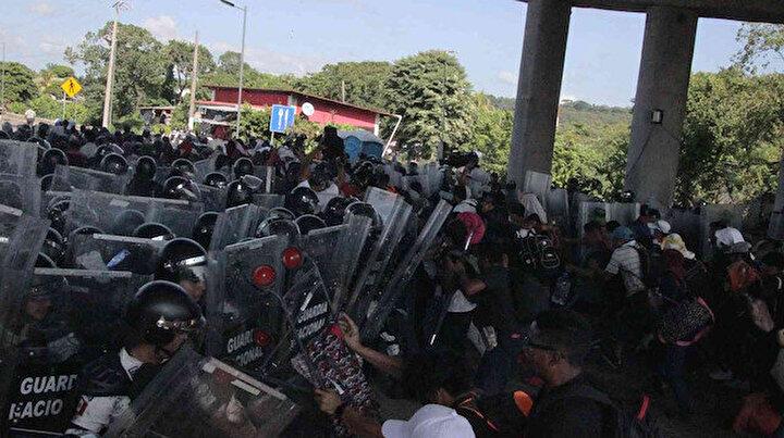Meksikada ülke şartlarını protesto eden göçmenler sokağa döküldü