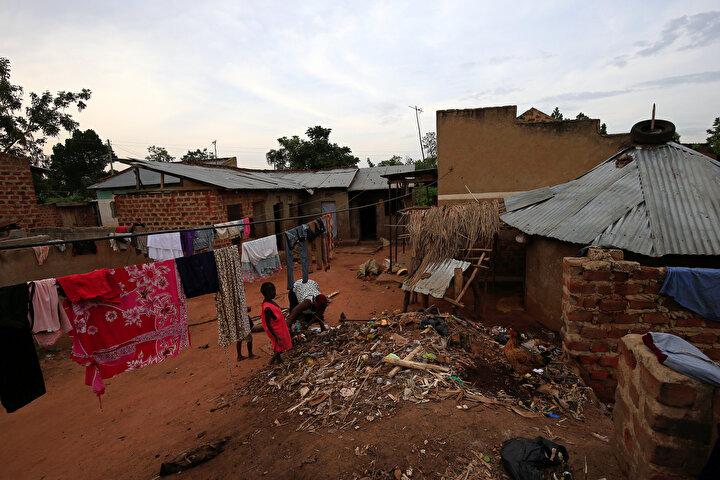 Mariam Nabatanzinin anne ve babası da kendisini terk etti.44 çocuklu anne çocukları için her türlü fedakarlığı yapmaya çalışsa da gıda gibi temel ihtiyaçları karşılamada güçlükler yaşıyor.Dünya Bankasının verilerine göre Ugandada hane başına ortalam 5.6 çocuk düşüyor.Hane başına düşen çocuk sayısının yüksek olduğu Ugandada bile Mariam Nabatanzinin sahip olduğu çocuk sayısı normalin çok üzerinde kabul ediliyor.