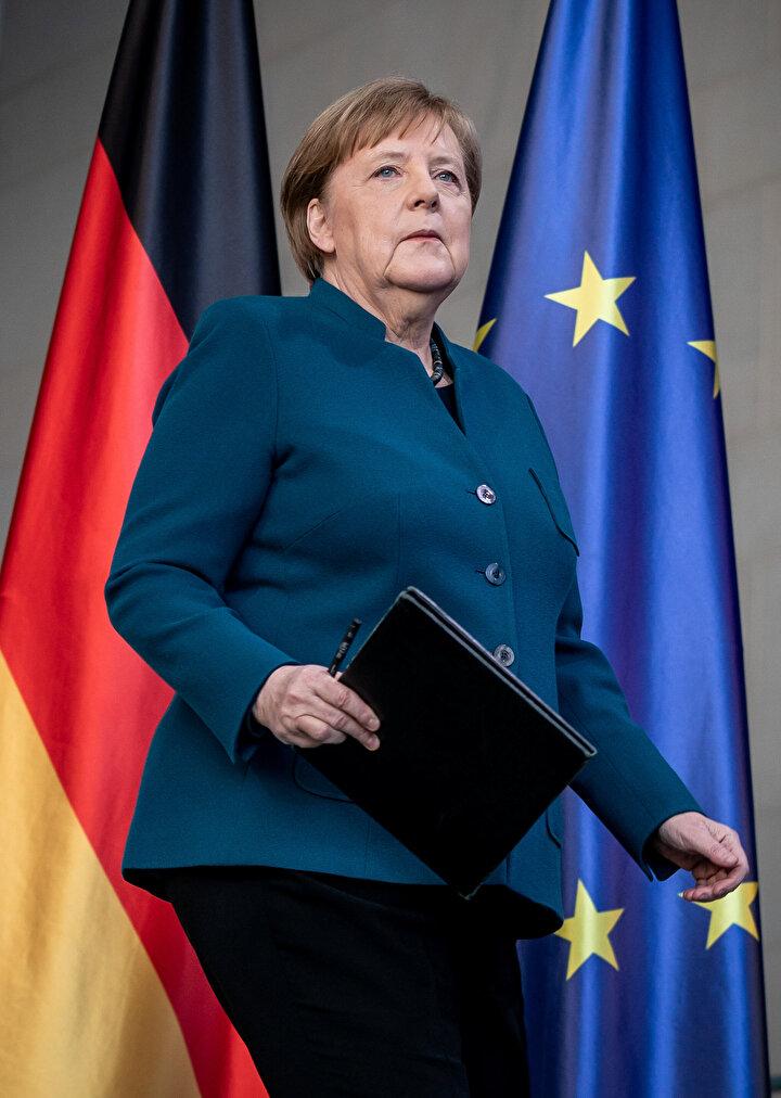 Almanya Şansölyesi Angela Merkel, yeni tip koronavirüs Kovid-19un yayılmasıyla ilgili gazetecilere açıklamalar yaptı. Merkel bu toplantıdan bir saat sonra, cuma günü kendisine iğne vuran doktorun koronavirüs testinin pozitif çıktığını öğrendi. Merkelin basın toplantısındaki durgun hali Reutersin servis ettiği fotoğraflara yansıdı.