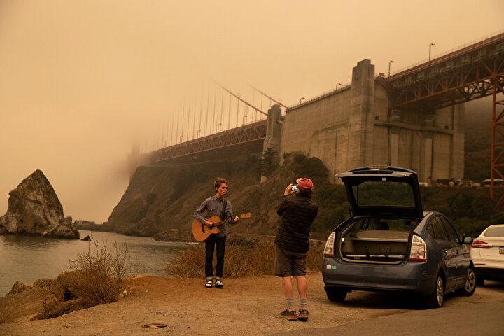 ABD'nin California eyaletinde farklı bölgelerde devam eden orman yangınları 144 bin dönüm araziyi kül ederken, San Francisco kentinde gökyüzünün rengini turuncuya çevirdi