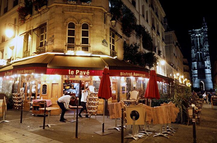 Parisin gün boyunca kalabalık olan sokakları, yasağın başlama saatlerine yakın tenhalaşmaya başladı.
