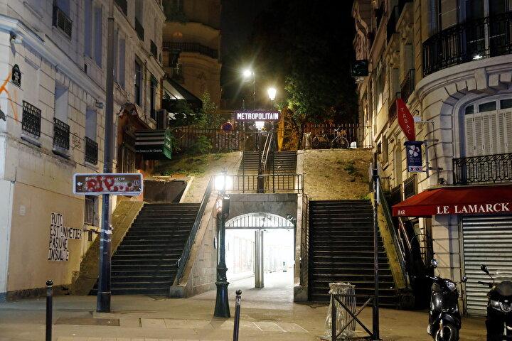 Montmartre sokaklarında yasağın ilk saatlerinden itibaren kimse kalmadı.