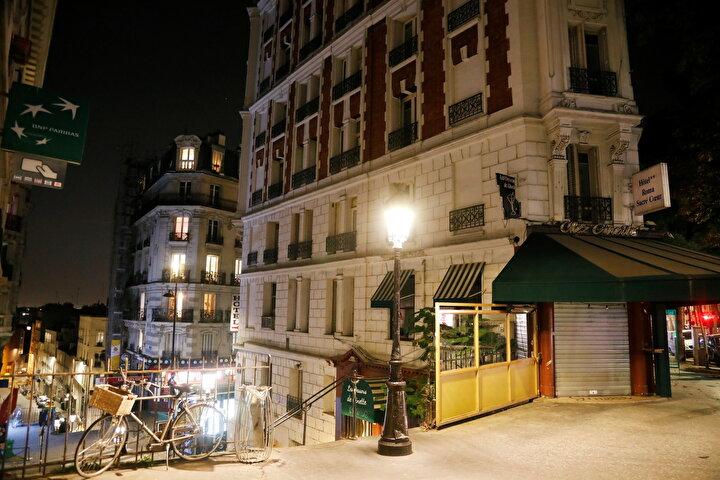 Pariste sokağa çıkma yasağının başlaması nedeniyle sokaklar boşaldı.