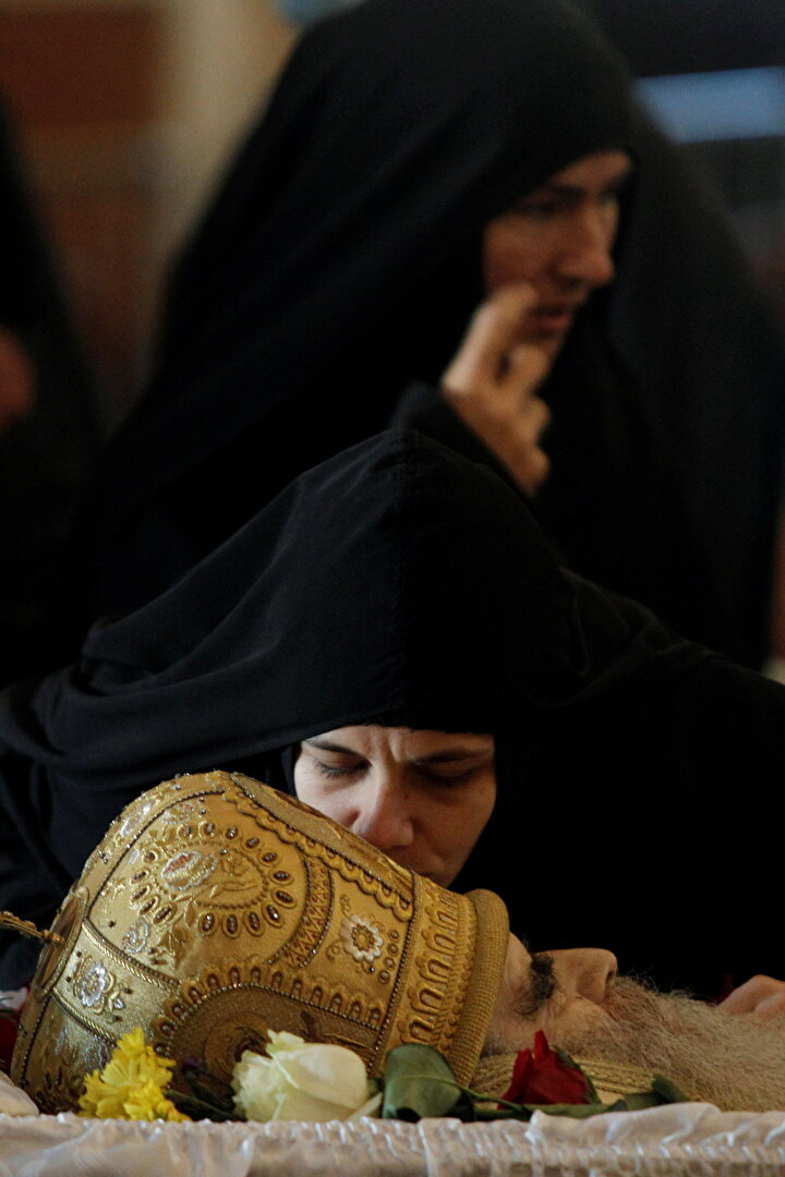 Açık tabut seremonisinin düzenlendiği cenazede onlarca kişi Piskopos Amfilohijenin naaşını öpmüştü.