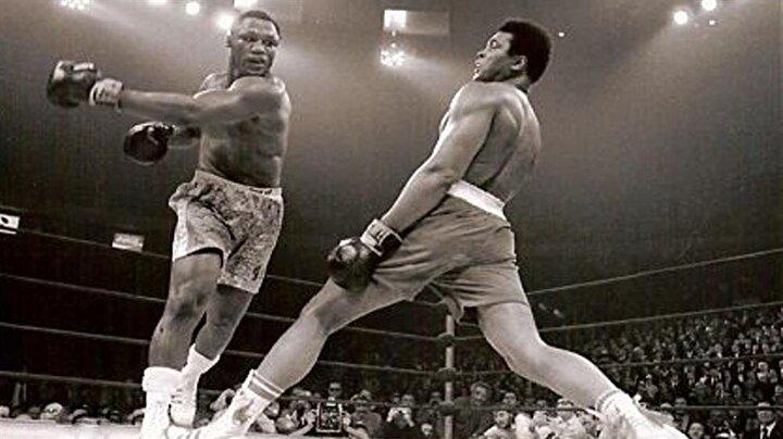 1970te temyiz davasını kazanıp tekrar boksa döndü. 1971de Joe Frazierile Asrın maçına çıktı ve profesyonel boks kariyerinde ilk defa kaybetti. Resimde Joe Frazierilenin Muhammed Aliye attığı kroşe sahnesi.