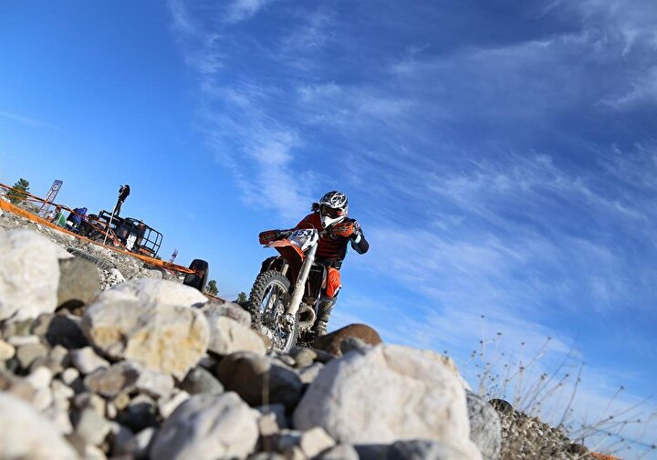 Antalyada Türkiye Motosiklet Federasyonu (TMF) tarafından düzenlenen Türkiye Enduro Şampiyonasının 7. ayak yarışı başladı. 58 sporcunun katıldığı yarışta, yapay engellerle donatılan parkurda bol taşlı kurumuş dere yatakları, patikalar ve orman yollarından oluşan bir parkurda mücadele verdi.