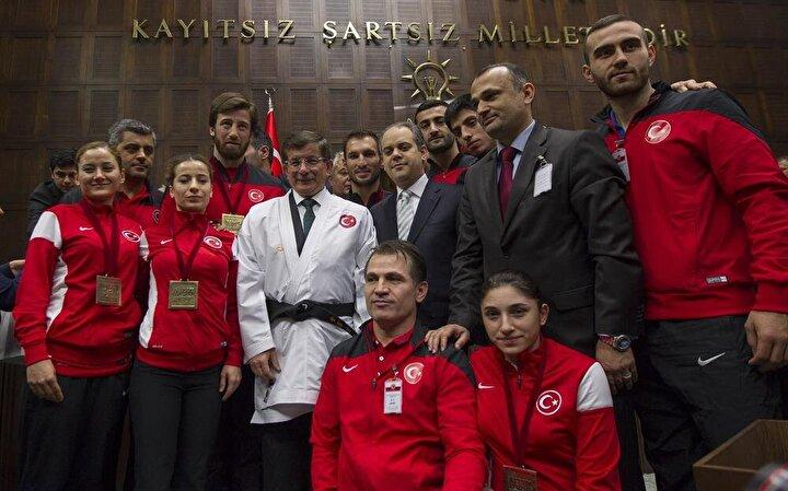AK Parti Genel Başkanı ve Başbakan Ahmet Davutoğlu, TBMM AK Parti Grup Toplantısına katıldı. Toplantı sonrası Almanyada düzenlenen Dünya Karate Şampiyonasında üçüncü olan Karate Milli Takım oyuncuları ile fotoğraf çektirdi.