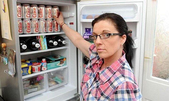 Kendisi için neredeyse hiç para harcamayan Ballan, tüm parasını diet kolaya harcıyor. Bağımlılığının ilk yıllarında kırmızı ambalajlı şekerli kola içen kadın, kilo almaya başlayınca diyet kola içmeyi tercih etmiş.