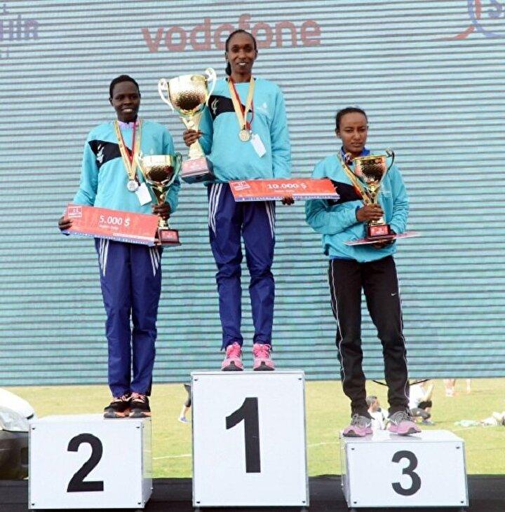 Kadınlarda Kenyalı atletler ilk iki sırada yer aldı.  Gladys Chereno, yarışı 1.06.42lik dereceyle birinci bitirdi. Kenyalı sporcu kendisinin en iyi, bu yılın ise en iyi üçüncü derecesini elde ederek yarışı kazandı. Ayrıca Chereno, İstanbul parkurunun en iyi derecesinin de yeni sahibi oldu. Kadınlarda ikinciliği Cherenonun vatandaşı Helah Kiprop, üçüncülüğü ise Etiyopyalı Muluhabt Tsega elde etti.