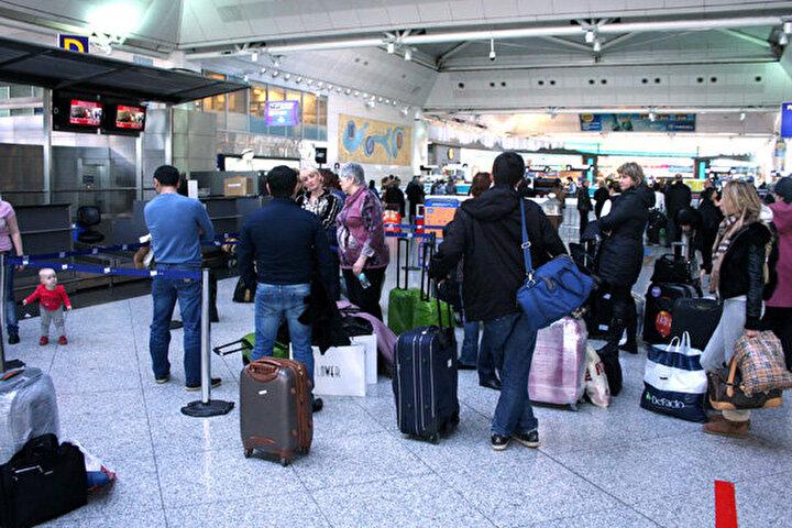 OTELLE, YEMEKLE YETİNMEYİN!Dış hat uçuşlarında veya iç hatlardaki seferlerde yaşanan rötarlarda yolcuların gecikme durumuna göre çeşitli hakları doğar. Mesela mücbir sebepler olmadan dış hatlarda 4 saat, iç hatlarda ise 2 saat üzerine çıkan gecikmelerde havayolundan tazminat hakkınız doğar