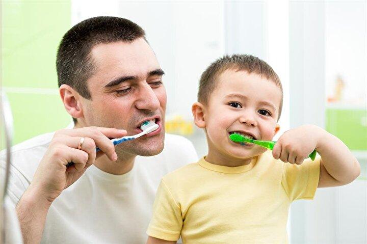 Sağlıklı dişlere sahip olabilmek için günde 2 defa dişlerin fırçalanması, diş ipi kullanılması ve düzenli aralıklarla diş hekimi kontrolüne gidilmesi gerektiğini belirten Dt. Oğuz Kara, bunların yanında hangi gıdaların dişlerimize ne kadar zarar verdiğini de bilmemiz gerektiğinin de altını çizdi.