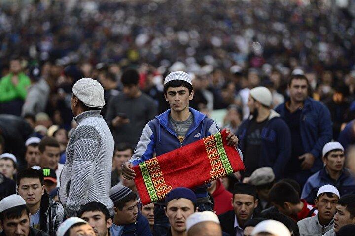 Rusyanın başkenti Moskovada binlerce Müslüman bayram namazı için Prospekt Miradaki Merkez Camisine akın etti. Camiye sığmayan kalabalık sokaklarda, kaldırımlarda, araç trafiğine kapatılan yollarda ve tramvay hatlarında namaz kıldı.