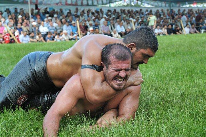 KAFA KOLA ALMAKBir kişiyi etkisi altına alıp kandırmak manasında kullanılır. Yağlı güreşteyse pehlivan, kafa kol oyununu geneşde paçasını kapan pehlivana paçasını bırakması için yapar.