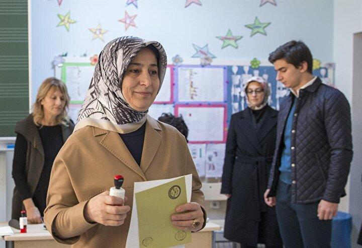 Başbakan Ahmet Davutoğlunun eşi Sare Davutoğlu, 26. Dönem Milletvekili Genel Seçimleri için oyunu Çankaya İlkokulundaki 1164 nolu sandıkta kullandı.