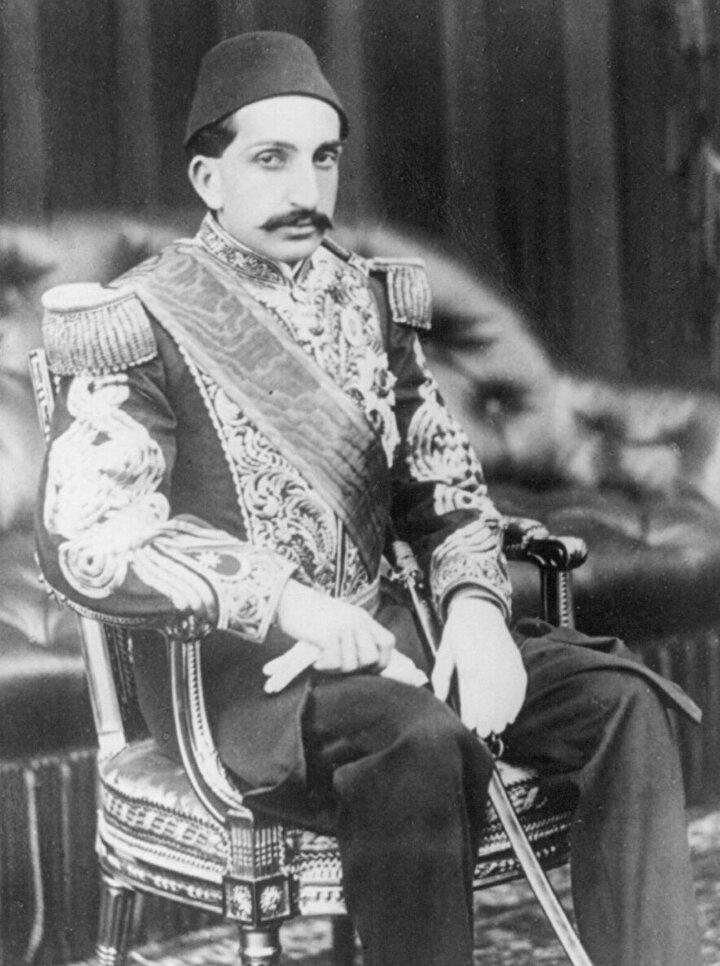 Sultan 2. Abdülhamid Hanın başkatibi Esad Bey anlatıyor: Bir gece yarısı, çok mühim bir evrakın imzası için Sultanın kapısını çaldım. Fakat açılmadı. Bir müddet bekledikten sonra tekrar çaldım, yine açılmadı. Acaba Sultana bir Emr-i Hak(ölüm) mı vaki oldu? diye endişelendim. Biraz sonra tekrar çaldım, açıldı. Sultan, elinde havlu ile yüzünü kuruluyordu. Tebessüm ederek, Evlad, bu vakitte çok mühim bir iş için geldiğinizi anladım. Daha kapıyı ilk vuruşunuzda uyandım, Abdest aldım. Onun için geciktim. Kusura bakma. Ben bu kadar zamandır bu milletin hiç bir evrakına abdestsiz imza atmadım. Getir imzalayalım dedi. Besmele çekerek imzaladı...