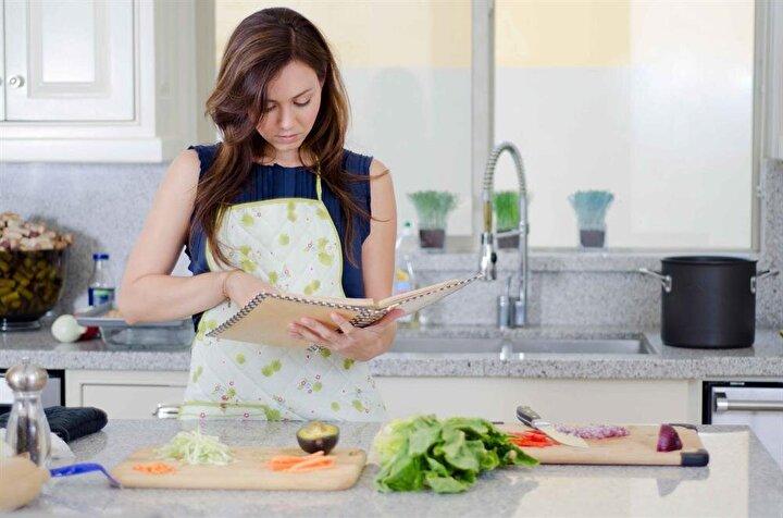 1. Evde yemek yapınAkşam yemeğini dışarıda yemek masraflarınızı artırır.