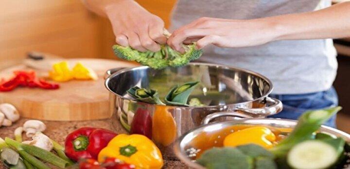 8. Yemekleri toptan pişirin Sebze, bakliyat ve etleri hafta başında pişirerek bütün hafta yetecek kadar yemeğe sahip olabilirsiniz.