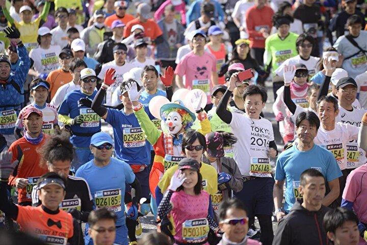 Maratona katılan halk ise birbirinden ilginç kıyafetlerle yarışmaya renk kattı.