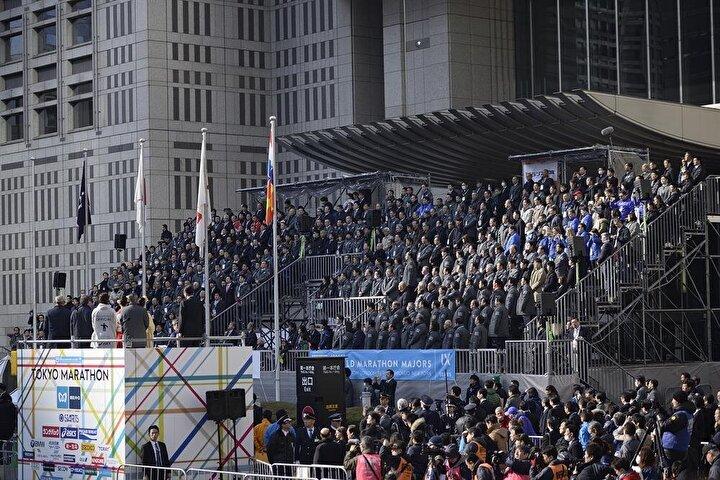 Olimpiyatlarında Japonyayı temsil etmek üzere erkekler maraton takımında yer alacak koşucuların da seçileceği yarış, Tokyo Metropolü Hükümeti Binası önünden start aldı.