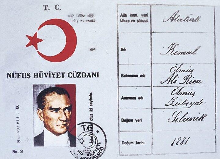 1928: HÜVİYET CÜZDANI DÖNEMİ Devlet-i Aliyye-i Osmaniyye Tezkiresi, söz konusu yıl yapılan değişiklikle Hüviyet Cüzdanı adını aldı. Bu belgede kişiye göre, İş bu hüviyet cüzdanında isim ve şöhret ve hal ve sanatı muharrer olan ....beyhanım, Türkiye Cumhuriyeti tabiiyyetini haiz olup, ol-suretle ceride-i nüfusda mukayyed olduğu müşir iş bu hüviyet cüzdanı ita kılındı ifadeleri yer alıyordu. Hüviyet Cüzdanı verilemediği durumlarda ise yerine geçen İlm-ü haber belgesi düzenleniyordu.