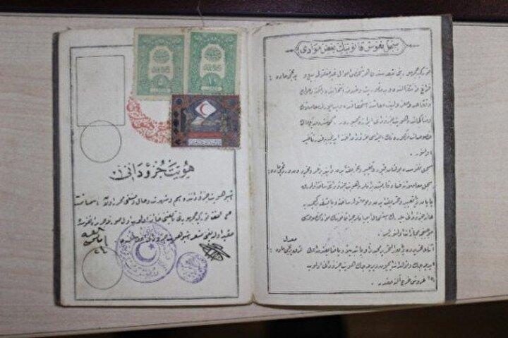 GÖZ RENGİ, BOY VE MESLEK DE KİMLİKTE Osmanlı İmparatorluğu döneminde, Devleti Aliyye-i Osmaniyye Tezkiresidir adıyla verilen belge, iki bölümden oluşuyordu. Belgede, kişinin mesleği, siması, göz rengi ve boyuna ilişkin bilgiler de yer alıyordu.  Birinci kısımda, Derecat ve sınıfı askeriyesi, Müteehhil ve zevcesi müteaddid olup olup olmadığı, Sanat ve sıfat ve hidmet ve intihap salahiyeti, Milleti, Tarih ve mahalli viladeti, Validesi ismiyle mahall-i ikameti, Pederi ismiyle mahall-i ikameti ile İsim ve şöhreti ifadeleri yer alıyordu.  Belgenin Milleti bölümünde kişinin dinine göre, İslam, Musevi veya Hristiyan yazıyordu. Sicil-i Nüfusa Kayıt Olunan Mahalli ve Eşkali başlıklı ikinci bölümde ise kişinin Nevi mesken, Sokağı, Mahalle ve karyesi, Vilayeti, Alameti farika-i sabite, Sima, Göz, Boy ile ilgili bilgileri kaydediliyordu.  Osmanlıca çizgili kağıda basılan ilk nüfus belgeleri, tek yapraktı. Cumhuriyetin kurulmasıyla 1927 yılındaki ilk nüfus sayımının ardından belgeler, 1928 yılında Osmanlıca ve 32 sayfa şeklinde oldu.