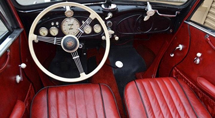 Yapılan ilk arabalarda direksiyon yoktu bu yüzden de sürücüler bir hareket koluyla arabalarını çalıştırırdı.