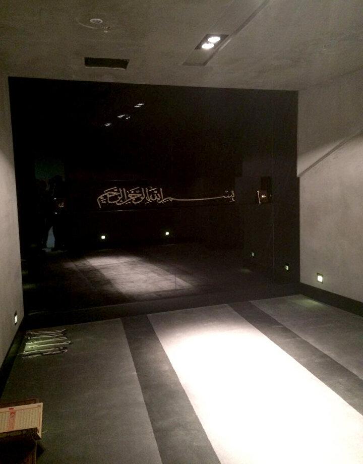 Her tribünün altında birer tane olmak üzere yer alan mescitlerin dışında, ev sahibi ve konuk takım oyuncuları içinde soyunma odalarının yanında mescid ve dua odaları yapıldı.