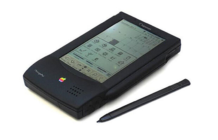 Günümüzde tablet bilgisayarlar artık okullarda öğrencilere dağıtılıyor. Tablet bilgisayarların ilklerinden olan İpadin atası olan Apple Newton MessagePad.