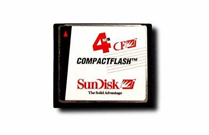 90lı yıllarda sd kartlar sadece fotoğraf makinaları için kullanılıyordu. Düşük çözünürlük nedeniyle 4 mblık bir karta bir çok fotoğraf eklenebiliyordu.