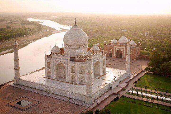 Himalayalardan akan Yamuna Nehri yanındaki Tac Mahal