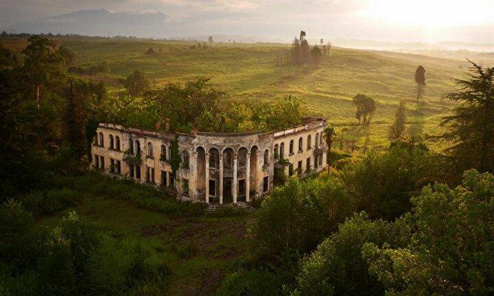 Abhazya Galide yıkılmış bir okul binası Gürcistan sınırı