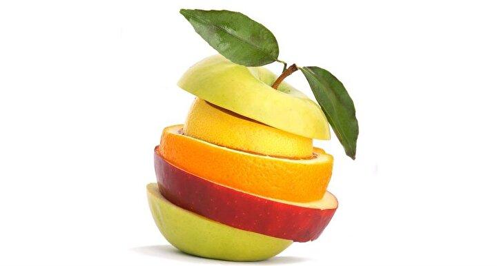Meyveyi doğru tüketmeye dikkat edin: Meyvelerin suları yüksek oranda şeker içerir. Bu nedenle posalı olduğu için meyvenin tamamını tercih etmek gerekir. Fakat ara öğünlerde özellikle meyveleri tek başına tüketmemek gerekir. Çünkü meyvenin içindeki şeker, kan şekerinin aniden yükselip düşmesine neden olarak yine açlık hissini yaratır. Bu yüzden meyveyi protein kaynağı olan yoğurt veya süt ya da badem, fındık ve ceviz gibi yağlı tohumlarla birlikte tüketmek kan şekeri dengesini sağlamaya yardımcı olur.
