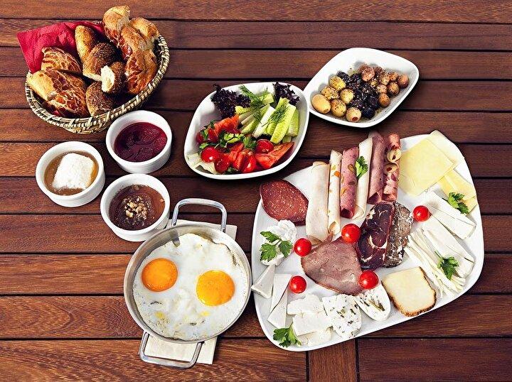 Güne mutlaka kahvaltı yaparak başlayın: Gün boyu kan şekerinin normal sınırlarda kalmasını sağlamak ve şeker ihtiyacını en aza indirmek için sabahları kahvaltı etmek çok önemlidir. Tüm gece boyunca kan şekeri düşük seyreder ve kahvaltı ile normal değerlere çıkar. Bu nedenle özellikle peynir ve yumurta içeren proteinden zengin bir kahvaltı, vücudun gece boyunca düşük giden kan şekerinin düzenlenmesi ve şeker açlığının bastırılması için olmazsa olmaz bir öğündür.