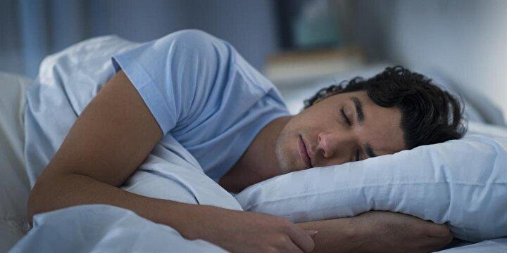 Uykunuzu almaya özen gösterin: Düzensiz uyku, vücudun stres hormonlarının artmasına ve salınan insülinin etkili olarak kullanılmamasına yol açar. Kaliteli uyku düzeni, vücudun yağ depolamasını, kilo alımını, özellikle gece atıştırma krizlerini de önleyerek diyabete yakalanma riskinin önlenmesinde önemli bir rol oynar.