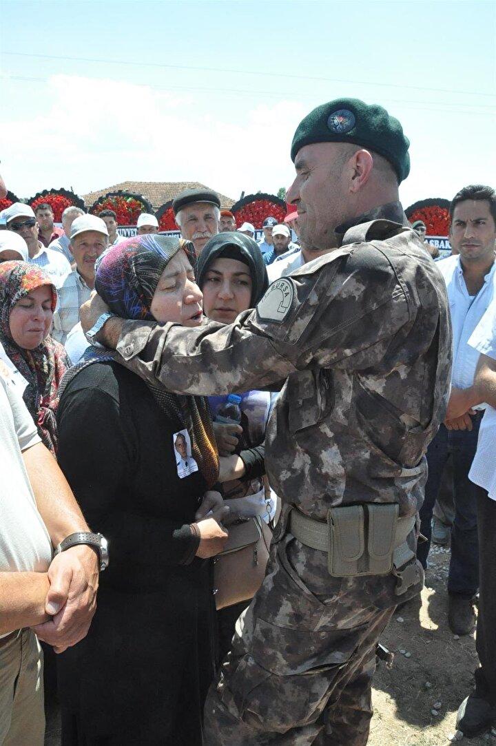 Özel harekat polisi şehit Ahmet Demir için ilk olarak Kütahya Polisevi bahçesinde tören düzenlendi.