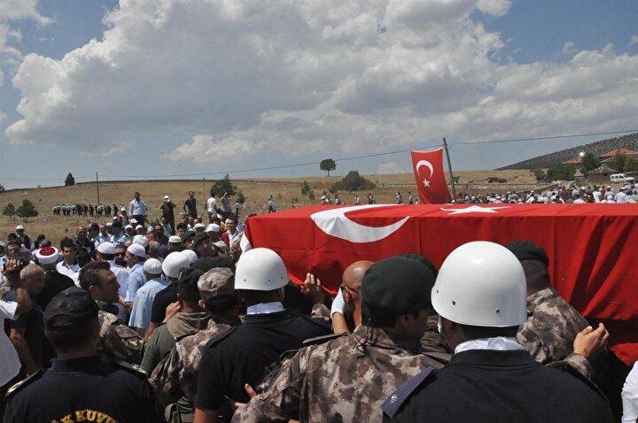 Oğlunun tabutuna sarılan anne Hanife Demir, Ben oğlumu vatan için kurban ettim, bayrak için kurban ettim. Ben eşimle de oğlumla da gurur duydum.